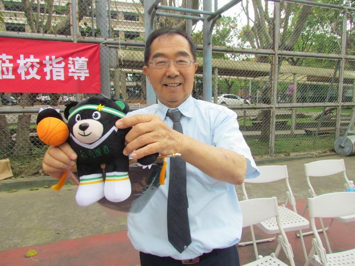 台啤職籃今天訪問草屯鎮同德家商,送給學校董事長謝招宏一隻台啤的吉祥物。記者張家樂/攝影