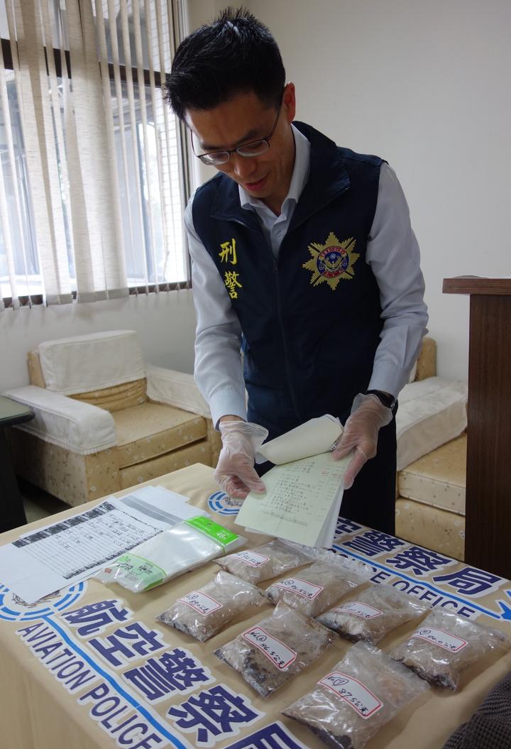 警方在老翁家中查扣製毒筆記。記者劉星君/攝影