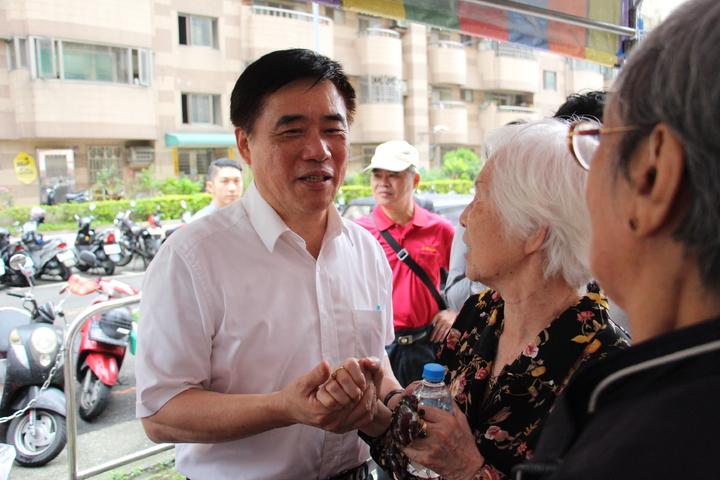 郝龍斌今日稍早在台中市東區拉票,會中針對年金改革發表意見。記者洪上元/攝影
