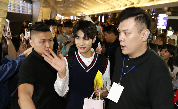 韓國第一的長腿男團「KNK」晚上搭乘TG-635抵達桃園機場。記者鄭超文/攝影