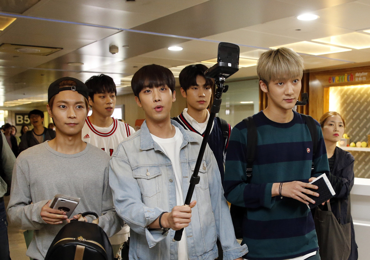 韓國第一的長腿男團「KNK」晚上搭乘TG-635抵達桃園機場,一下飛機五人就玩起自拍與直播。記者鄭超文/攝影