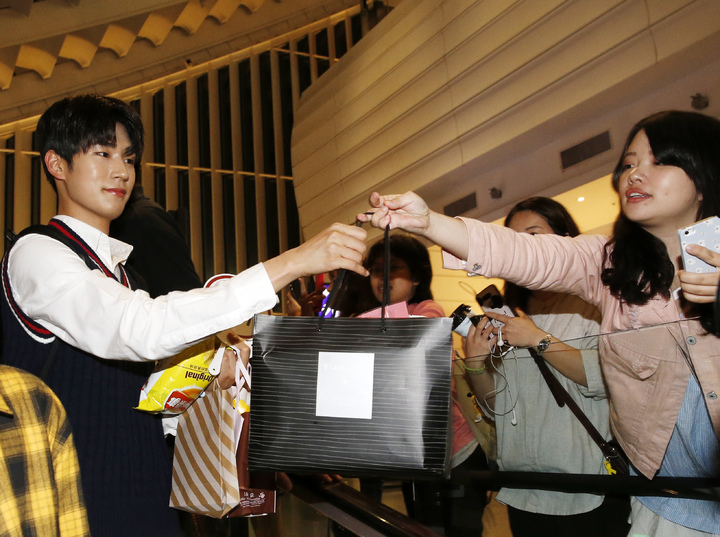韓國第一的長腿男團「KNK」晚上搭乘TG-635抵達桃園機場,入境大廳約有超過四十位粉絲吶喊接機,五個人被團團包圍,粉絲們紛紛送上禮物給心儀的「歐巴」。記者鄭超文/攝影