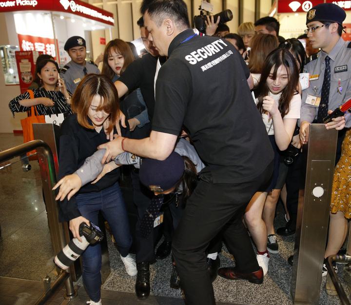 韓國第一的長腿男團「KNK」晚上搭乘TG-635抵達桃園機場,入境大廳約有超過四十位粉絲吶喊接機,五個人被團團包圍,連機場保全都差點被粉絲追逐的粉絲撞倒。記者鄭超文/攝影