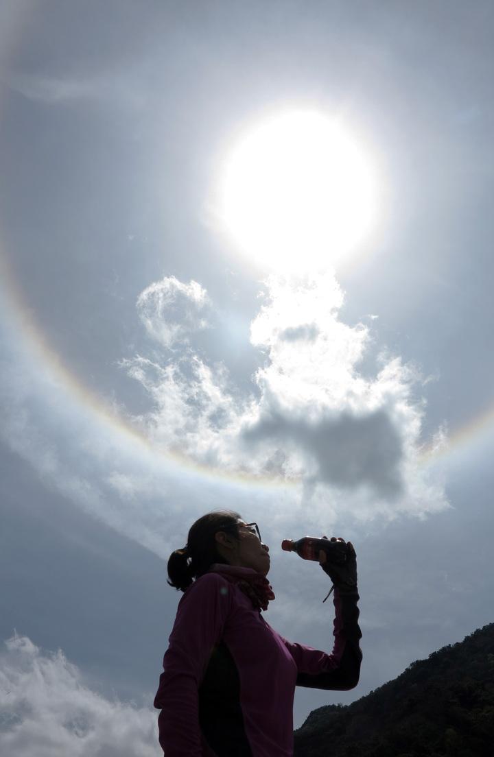 這次旅程巧遇日暈美景,趕緊留下美麗倩影。記者劉學聖/攝影