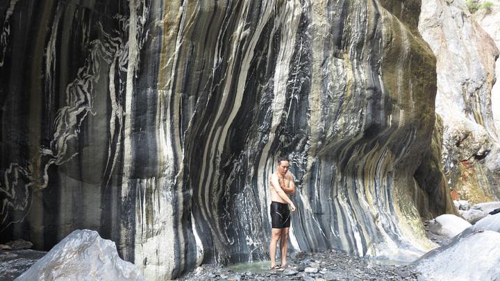另一處山壁則是黑白相間,風光宛如一幅國畫,&#27882&#27882泉湯從細縫流下,溫度適中讓人倦意全消。記者劉學聖/攝影