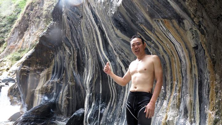 另一處山壁則是黑白相間,風光宛如一幅國畫。記者劉學聖/攝影