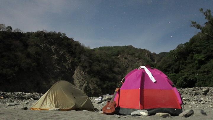 在哈尤溪旁野營感受自然。記者劉學聖/攝影