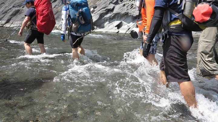 沿途溯溪要注意水深,挑選較淺處穿越。記者劉學聖/攝影