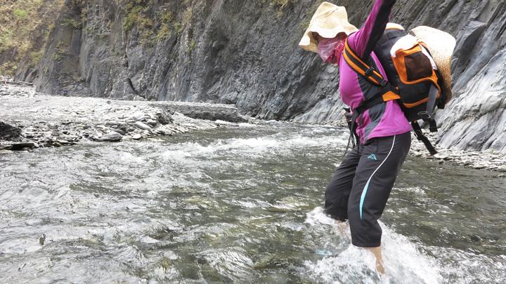 溯溪穿越河床一定要維持平衡。記者劉學聖/攝影