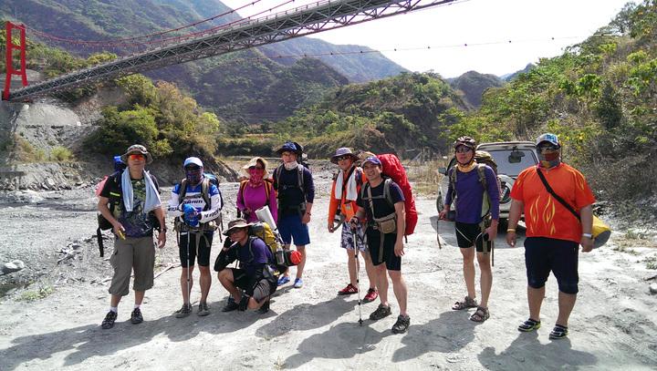 前往溫泉秘境從屏東大武部落吊橋起往上游16公里才能抵達。記者劉學聖/攝影