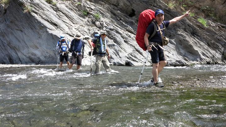 沿途溯溪穿越數十次河床,帶登山杖才能維持平衡。記者劉學聖/攝影