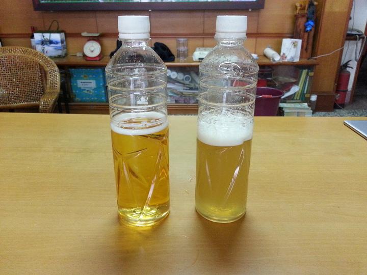 資深蜂農徐陳森示範冷開水加蜜搖晃後,純蜜氣泡不會消失,水呈霧狀,合成蜜氣泡散得快,水呈透明狀。記者黃瑞典/攝影