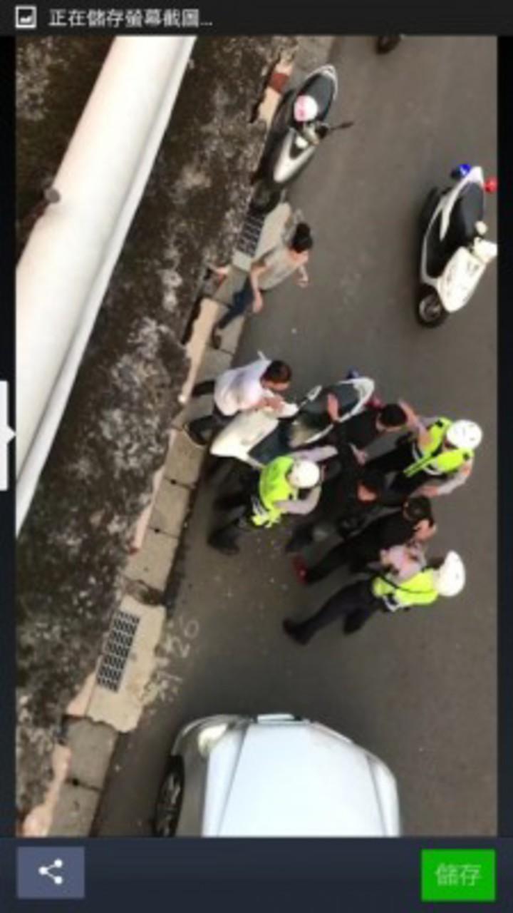 多名「黑衣人」在路上囂張嗆警「小警察」還飆罵「三字經」,被警方依妨害公務罪嫌法辦。圖/警方提供