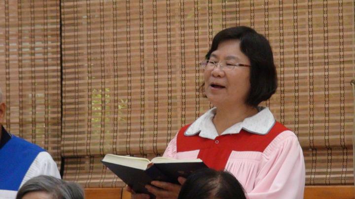 賴良居在教會參與唱詩歌。記者謝恩得/攝影