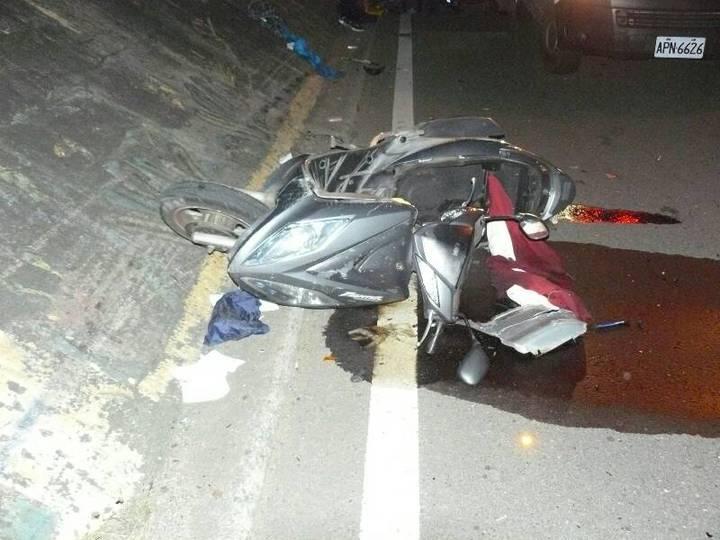 騎士被撞後彈飛,機車也嚴重變形。記者郭政芬/翻攝