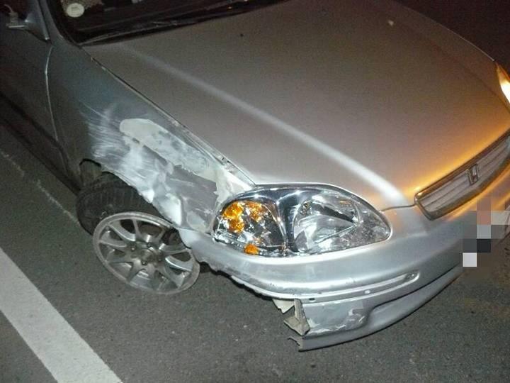4月30日晚間22點左右,新竹縣竹北市沿河街191號附近發生一起小客車衝撞路旁機車的車禍。記者郭政芬/翻攝