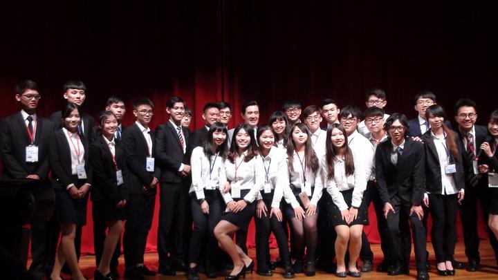 馬英九和主辦學生們合影,第一張是女生蹲低姿勢站前方。記者謝恩得/攝影