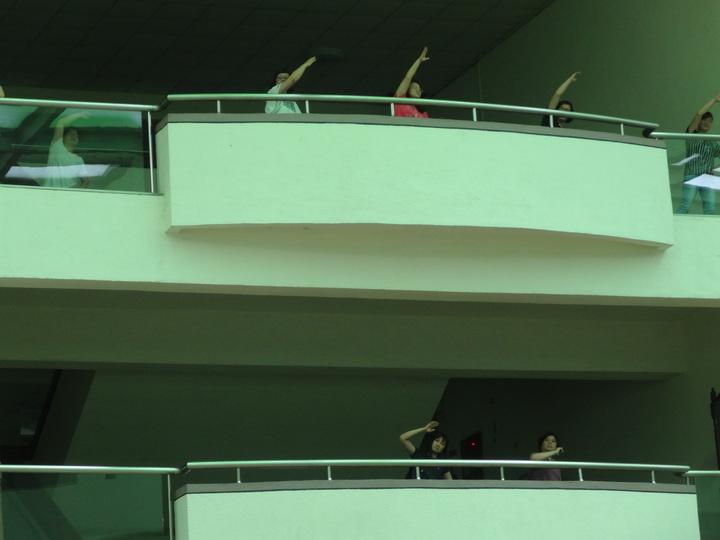 嘉義縣政府每天上班時間上下廣播響起縣長張花冠喊話提醒員工起身做活力健康操上午部分員工站到辨公室外做操。記者魯永明/攝影