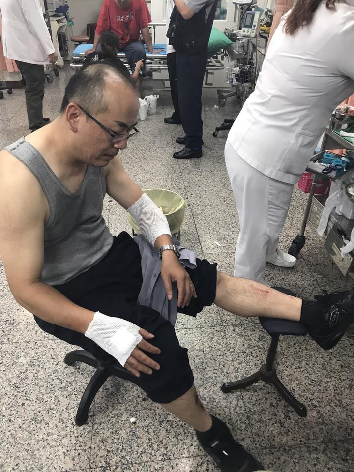 五甲派出所警員賴和慶遭酒駕男衝撞,就醫包紮後,幸無大礙。記者蕭雅娟/翻攝