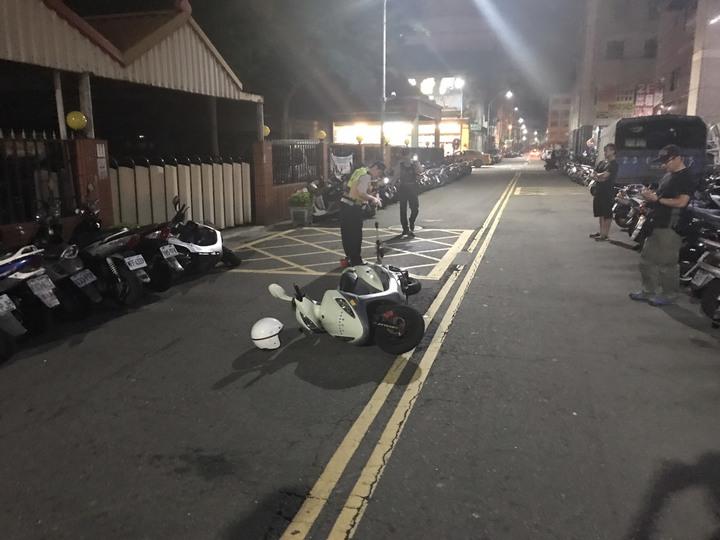 警方示意停車受檢竟遭衝撞。記者蕭雅娟/翻攝