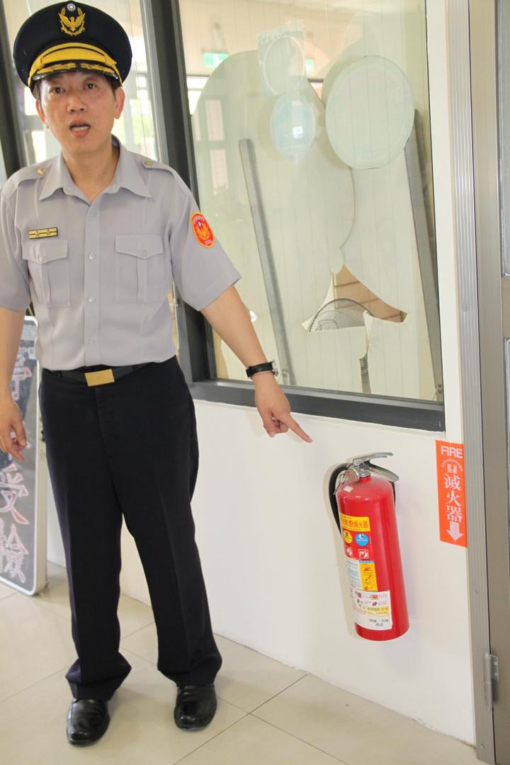 台中市太平警分局坪林派出值班台旁就放有滅火器。記者黃寅/攝影