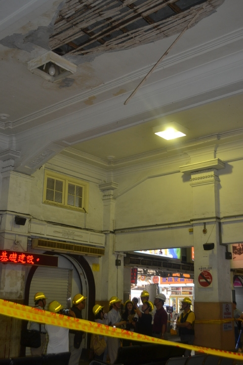 台南火車站大廳北側天花板崩落,文化部會勘,了解原因。記者鄭惠仁/攝影