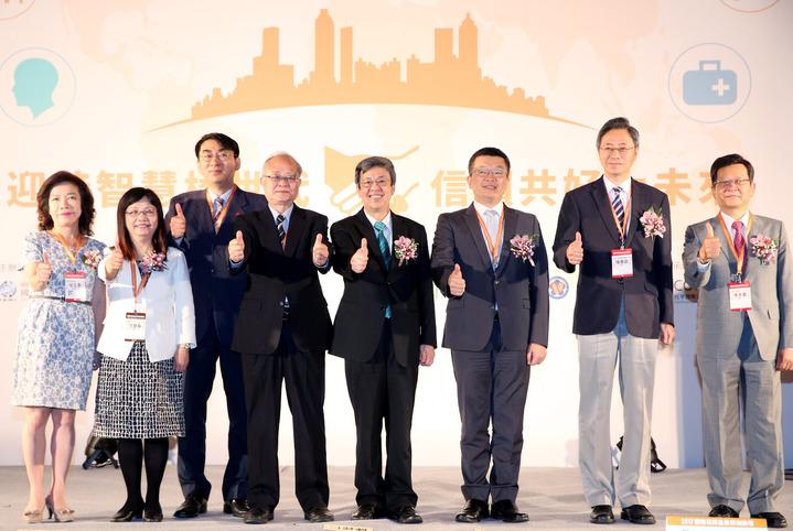 副總陳建仁(右四)出席在台北召開的「國際長照產業領袖論壇」,與大會榮譽主席立法院副院長洪奇昌(右三)、國家生技醫療產業策進會會長張善政(右二)等人一同合影。記者林俊良/攝影