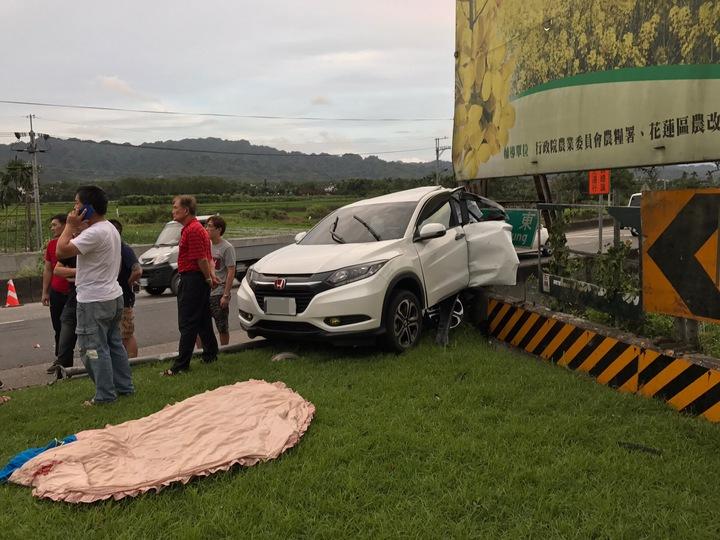 白色轎車被追撞卡在三角分隔島。圖/民眾提供