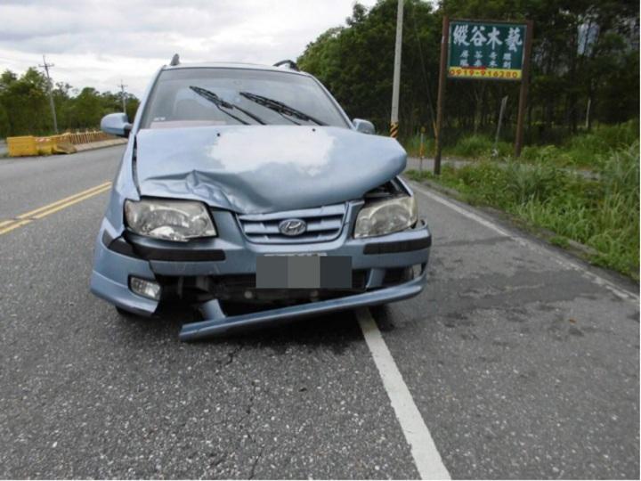 銀色廂型車先撞上藍色轎車卻肇逃。圖/鳳林警分局提供