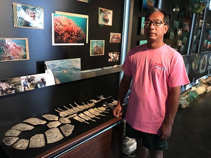 潛水教練王銘祥把慘死流刺網下的海龜,龜殼撿起來當教材,告訴大家流刺網危害多麼怵目驚心。記者吳淑君/攝影