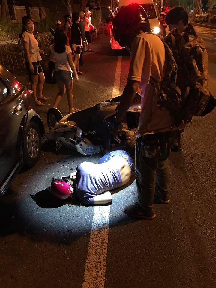 婦人自撞倒地,路人協助報案。記者周宗禎/翻攝