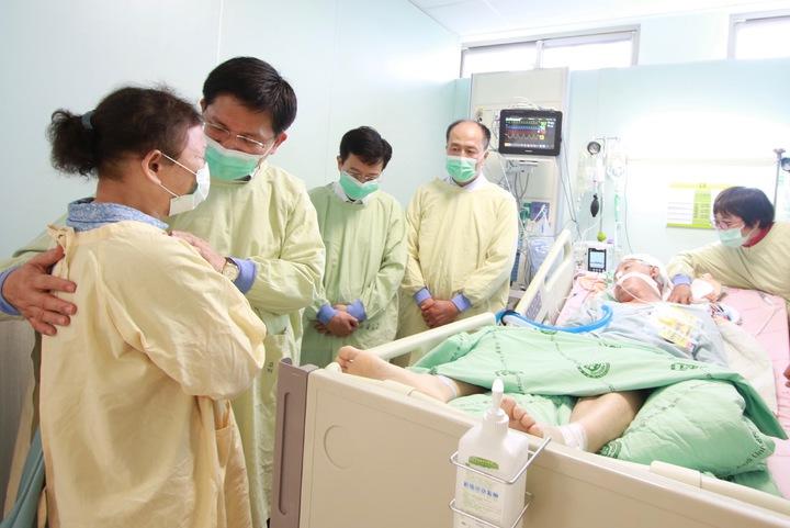 台中市長林佳龍(左二)探望受傷的王姓清潔隊員,同時安慰王的母親(左一)