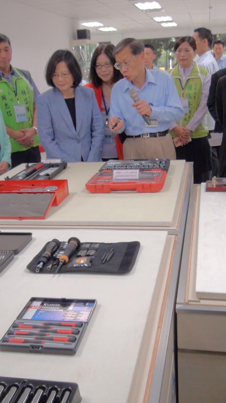 總統蔡英文今天上午到中鋼公司視察,參觀中鋼技術研發新產品。記者謝梅芬/攝影