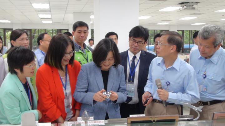 總統蔡英文仔細參觀新產品,也好奇地拿起新的產品觀察。記者謝梅芬/攝影