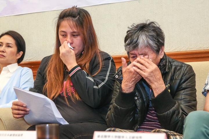 宜蘭縣崗給原住民永續發展協會居家照護員韓雅珍(左)帶著親身照護的失智長者分享自身經驗,講到傷心處頻頻落淚。記者鄭清元/攝影