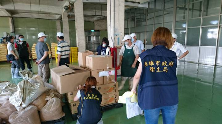 高雄市衛生局稽查人員到蝦味先廠區逐一清查商品。圖/高雄市衛生局提供