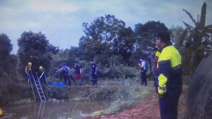 桃園市平鎮警分局接獲溺斃水池命案,抽絲剝繭訪查出,是趁死者落水時,擲石塊阻上岸逃生的命案。記者張弘昌/翻攝