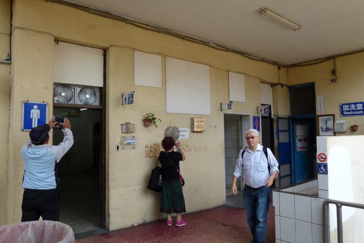 臺鐵中壢車站用了46年的廁所改善程度不佳,網友和在地立委諷刺聞味道就知道車站到了。記者鄭國樑/攝影