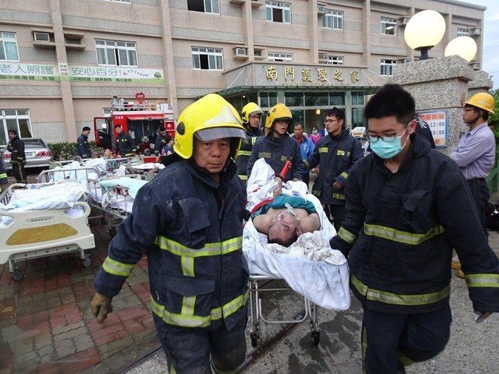 屏東恆春南門護理之家火警消防員忙著救人。記者潘欣中/攝影