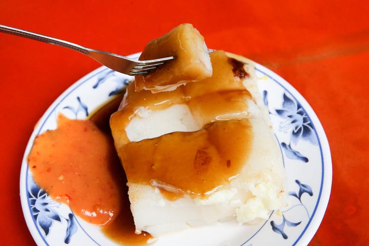 台中第二市場入口的「王菜頭粿」,吃的是單純滋味,每天都大排長龍。記者黃仲裕/攝影
