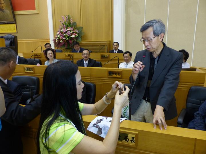 彰化縣議員賴清美(左1)懷疑市售的紫菜是塑膠製品,將浸泡後的紫菜拿給衛生局長葉彥伯(右1)檢視。記者劉明岩/攝影