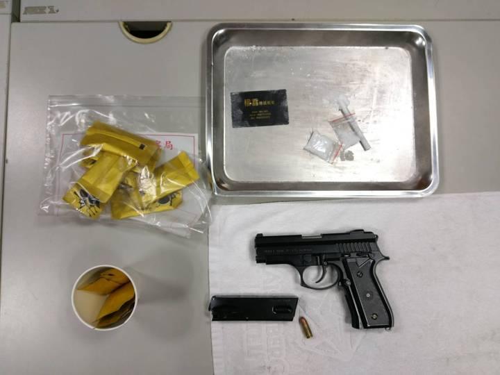 新北市中和區一間汽車旅館今天凌晨驚傳槍響,警方獲報動員警力荷槍實彈持防彈盾牌前往查緝,當場查獲改造手槍及多包咖啡包毒品。記者王長鼎/翻攝
