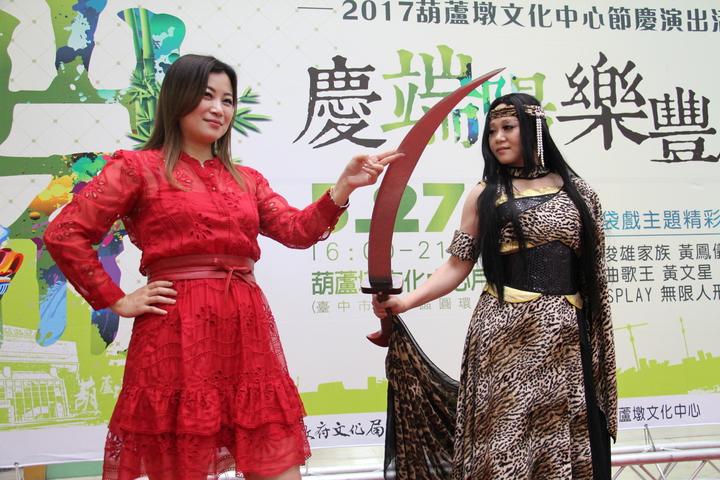 活動當天除了有限人形劇場COSPLAY外,也將會有布袋戲歌后黃鳳儀(左)現場演唱霹靂相關歌曲。記者洪上元/攝影
