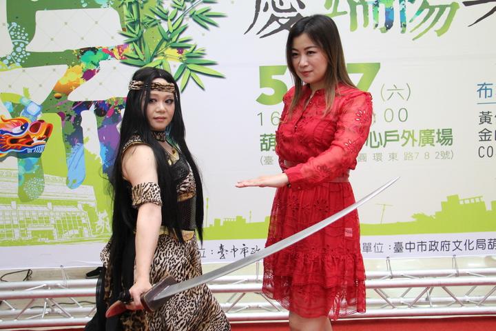 活動當天除了有限人形劇場COSPLAY外,也將會有布袋戲歌后黃鳳儀(右)現場演唱霹靂相關歌曲。記者洪上元/攝影
