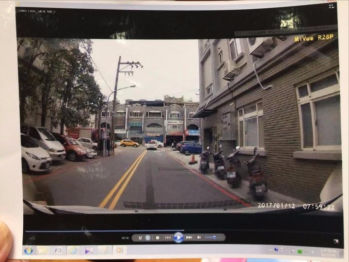 這條路在竹北市福興路旁的巷弄內,右方機車停放處原先是白線,後來改成紅線。記者郭政芬/翻攝