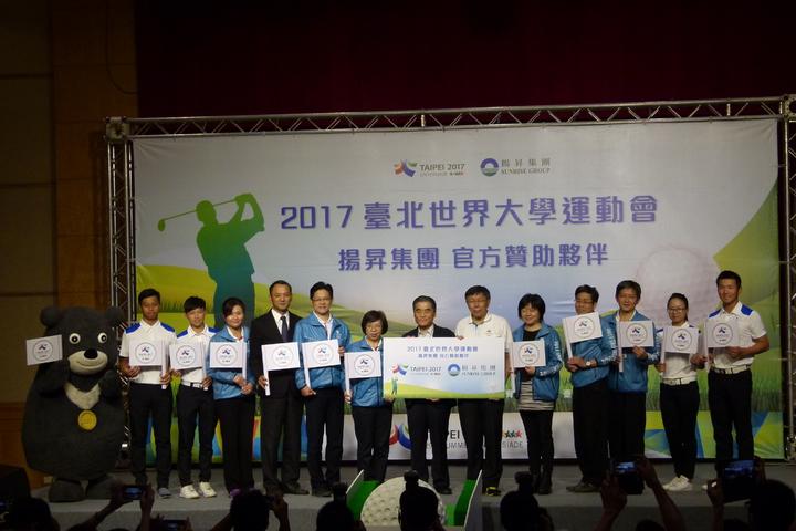 2017世大運高爾夫球賽在揚昇球場舉行,台北市長柯文哲(右6)和團隊上午到球場拜訪揚昇集團董事長許典雅(右7)並宣傳。記者鄭國樑/攝影