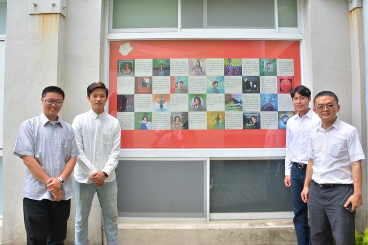 台北教育大學文化創意產業經營學系學生與地方文史工作者康文榮(右一)共同籌劃展出,這面「禁歌榜」陳列在出版品檢查年代被禁唱的歌曲。記者吳淑玲/攝影