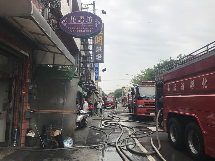 輪胎倉庫昨天凌晨發生火災,由於倉庫內有高達6、7萬條輪胎悶燒,殘火一直悶燒,彰水路仍有多輛消防車拉水線持續噴水降溫。記者林宛諭/攝影