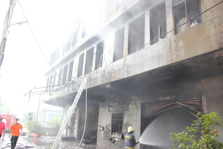 輪胎倉庫昨天凌晨發生火災,由於倉庫內有高達6、7萬條輪胎悶燒,殘火一直悶燒到今天中午還未完全熄滅,已悶燒37小時,仍冒出黑煙,消防人員持續噴水降溫。記者林宛諭/攝影