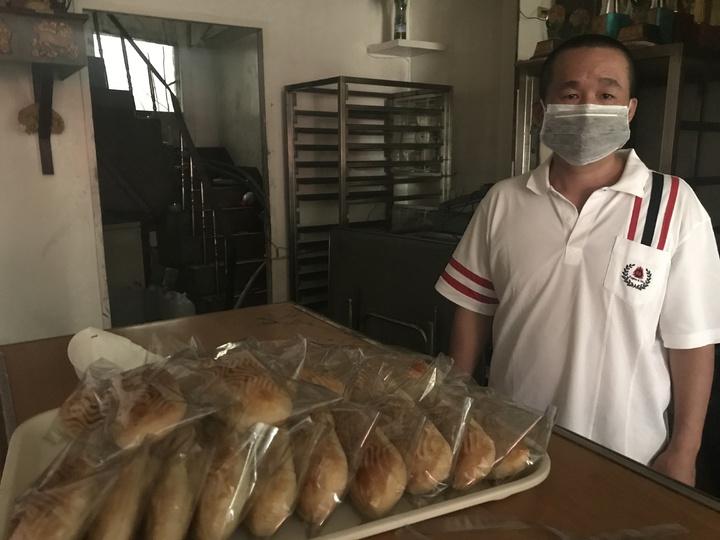 陳姓麵包店老闆難過說,廿多年心血毀了一大半,因火勢從後方(圖後窗還有煙)竄進房間一角,麵包機械大概無法用了,損失應有二、三百萬元。記者林宛諭/攝影